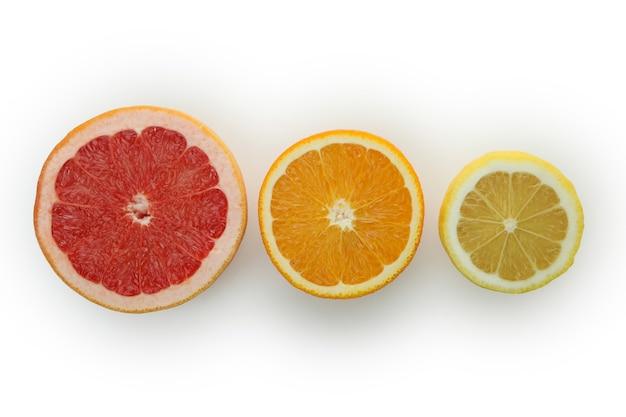 Свежие спелые грейпфруты, изолированные на белом фоне