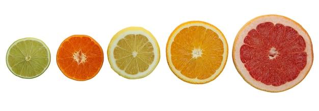 Свежие спелые грейпфруты, изолированные на белом столе