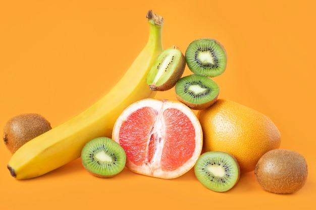 신선하고 잘 익은 육즙이 많은 열대 과일. 다양한 과일