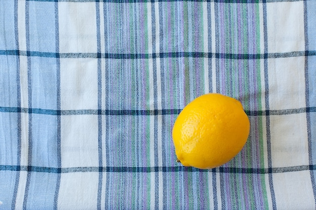 タオルの上に新鮮な熟したジューシーな丸ごとレモン