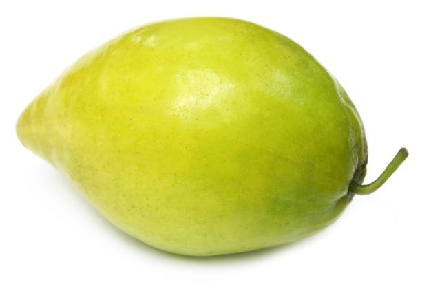 Свежие спелые фрукты мармелад на белом фоне