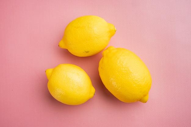분홍색 질감의 여름 배경에 신선하게 익은 레몬 세트