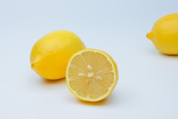 Свежие спелые лимоны