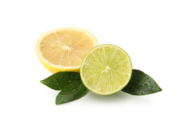 白い背景で隔離の新鮮な熟したライムとレモン