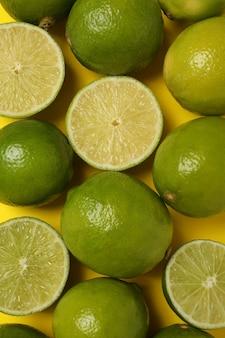 黄色の背景、上面図に新鮮な熟したライム