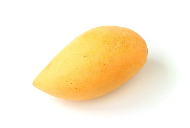 Свежие спелые манго изолированные