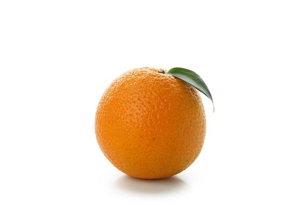 흰색 테이블에 고립 된 신선한 익은 오렌지