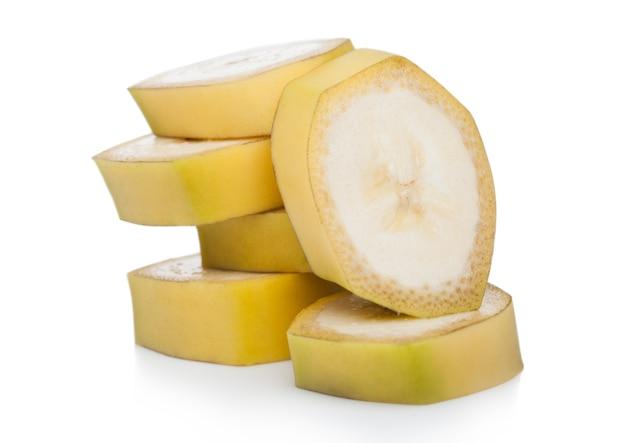 白い表面に新鮮な熟した有機バナナのスライス片