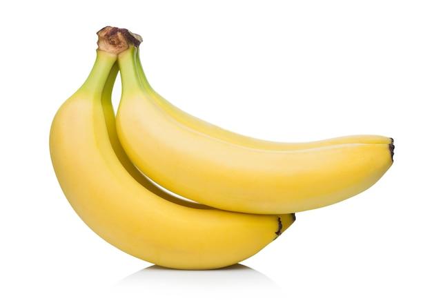 白い表面に新鮮な熟した有機バナナが集まっています