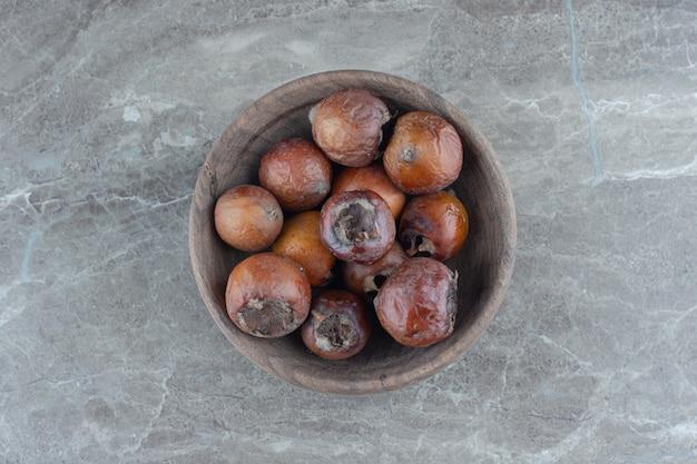 Frutta nespola comune organica matura fresca in ciotola.