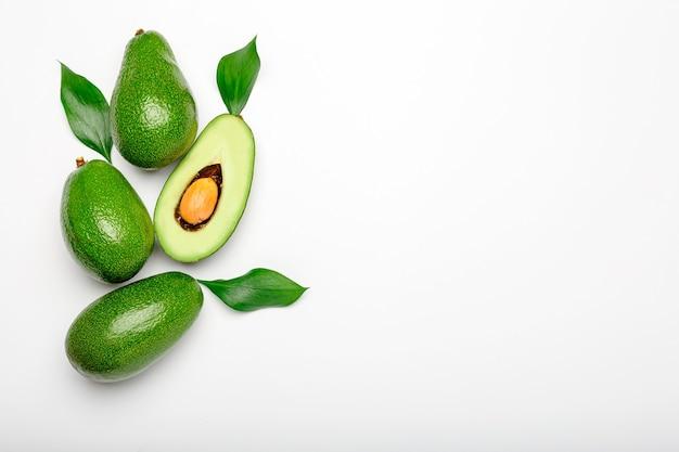 잎과 신선한 익은 유기농 녹색 아보카도