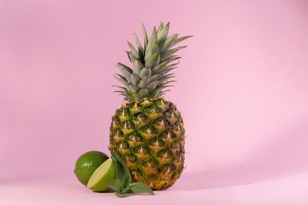 ピンクの背景に新鮮な熟したパイナップル。こんにちは、夏のコンセプトバナー。