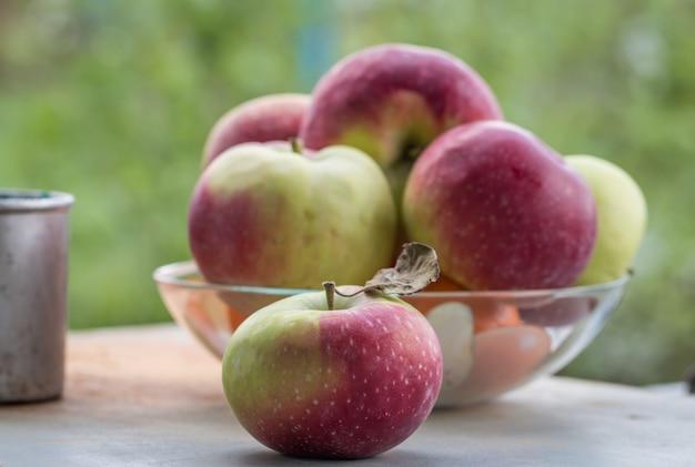 ボウルに新鮮な熟した赤いリンゴ