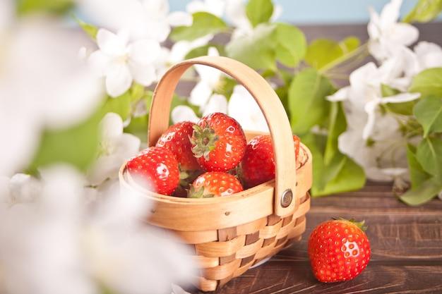 작은 바구니에 신선한 익은 딸기