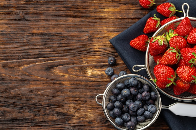 Fresh ripe strawberry and blueberry in bowl