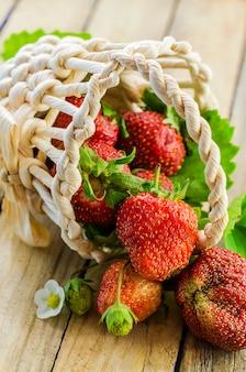 かごに集められた新鮮で熟したイチゴ