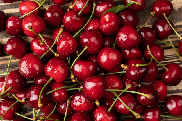 Свежая спелая черешня текстура и фон плоская планировка влажной черешни, вид сверху летняя еда или концепция продуктов местного рынка