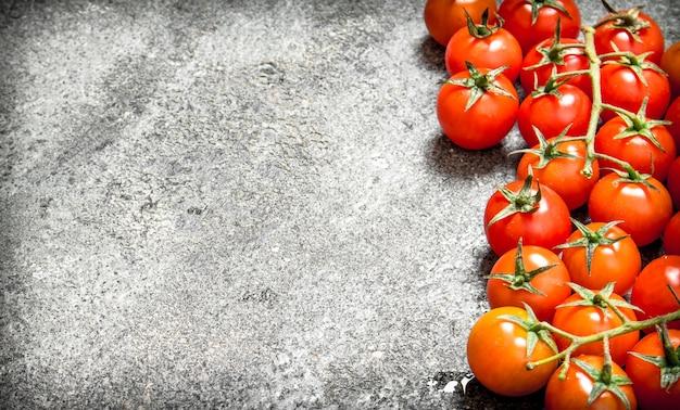 잘 익은 신선한 토마토. 소박한 테이블에.