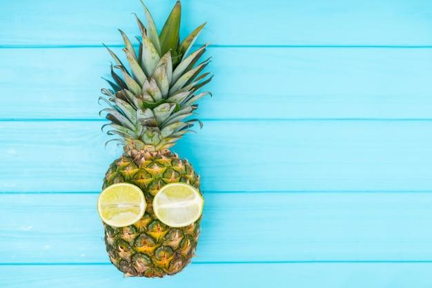 Свежий спелый тропический ананас с лимонными глазками