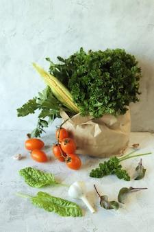 エコロジカルペーパーバッグ有機天然物の新鮮な熟した野菜や緑の品種