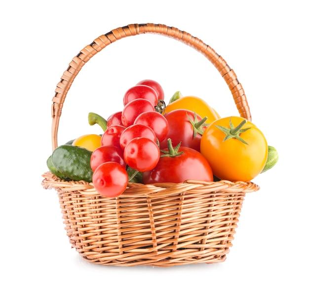 Свежие спелые овощи в корзине, изолированные на белом фоне