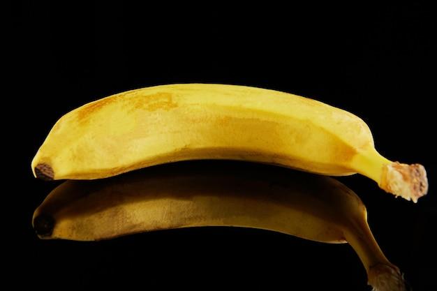 黒に新鮮な熟した黄色のバナナ