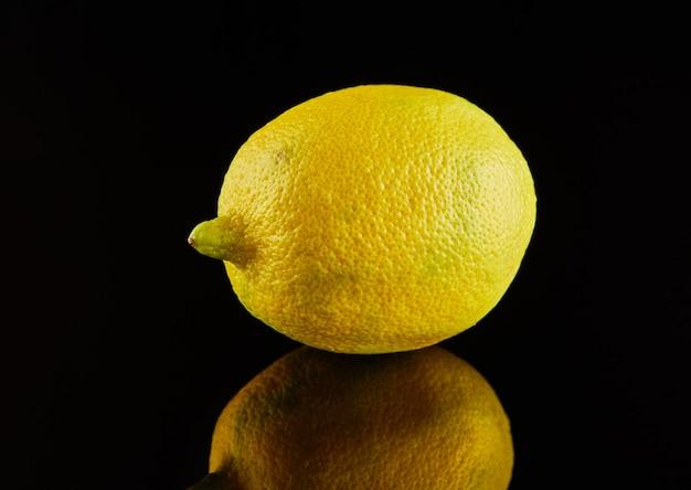 黒に新鮮な熟した黄色のレモン