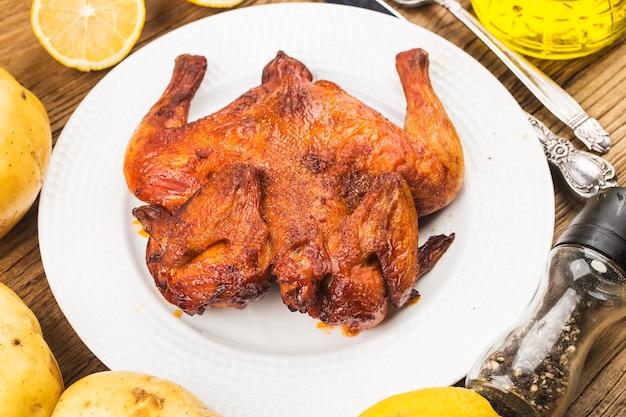 Свежий жареный цыпленок на деревянной доске