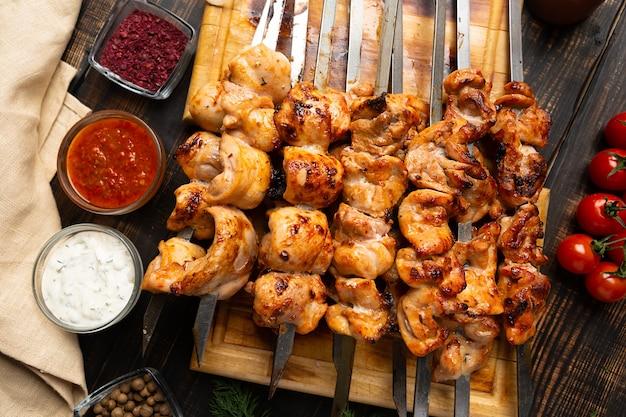 素朴な木製の新鮮なロースト チキンのシシカバブ