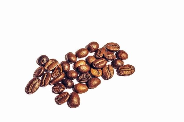 コピースペースで白い背景に分離された新鮮な焙煎コーヒー豆。