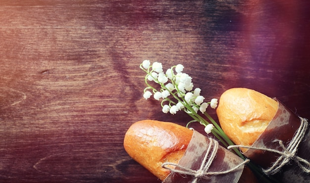 Свежие булочки на завтрак. булочка со сливочным маслом к чашке кофе по утрам. завтрак в отеле булочки, варенье, чай и букет цветов.