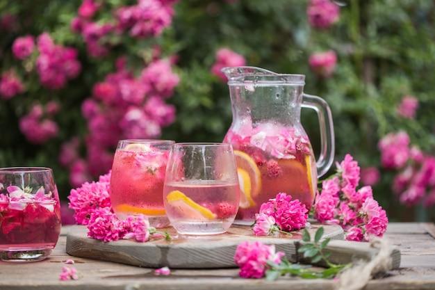 新鮮なバラのレモネード、氷と新鮮なバラの自然庭園