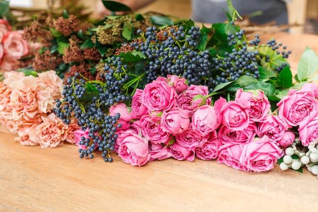 꽃다발 배달을위한 신선한 장미. 플로랄 디자인 스튜디오, 장식 및 준비.