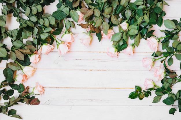 Свежие розы на столе