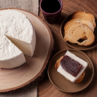 ミナスジェライス州のブラジルの内部に典型的な新鮮な丸いチーズ-ミナスフレスカル。グアバを伴う