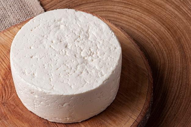 ミナスジェライス州のブラジルの内部に典型的な新鮮な丸いチーズ-ミナスフレスカル。上面図。スペースをコピーします。