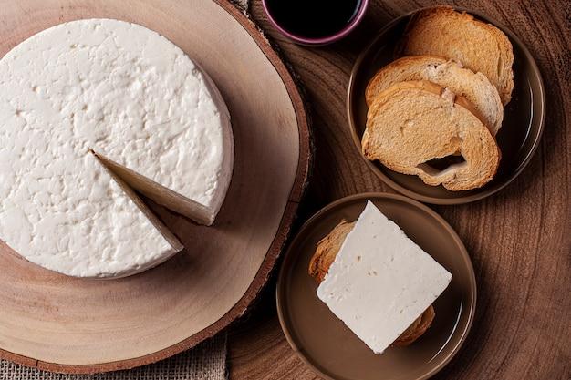 Свежий круглый сыр с тостами