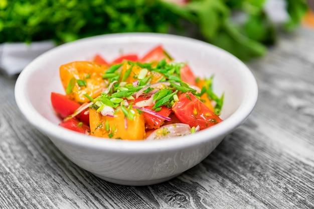 Свежий деревенский овощной салат на деревенском фоне