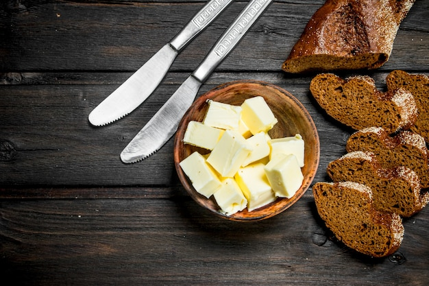 나무 테이블에 신선한 호 밀 빵과 버터.