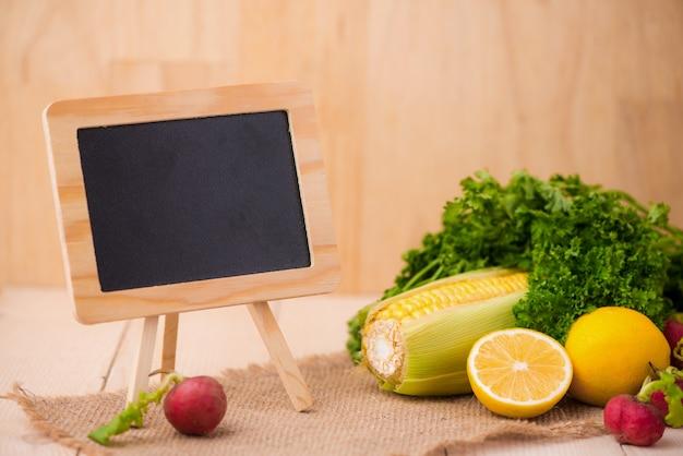 料理レシピ用の新鮮なサラダと黒板、無料のコピースペース