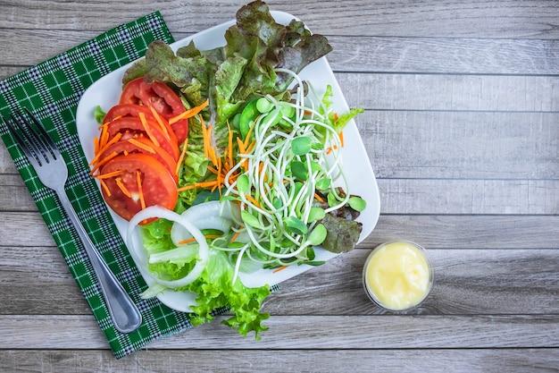 Свежий салат и помидор. вид сверху