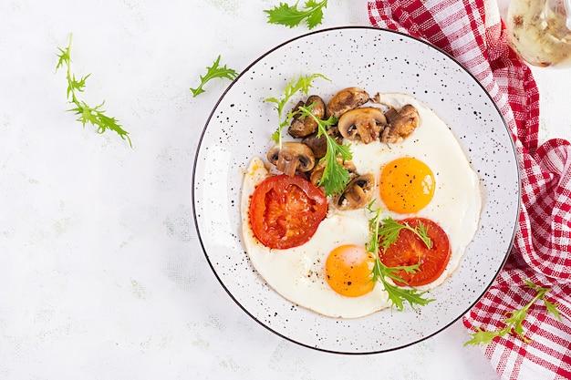 Свежий салат. чаша для завтрака с овсяными хлопьями, помидорами, листьями салата, микрозеленью и вареным яйцом.