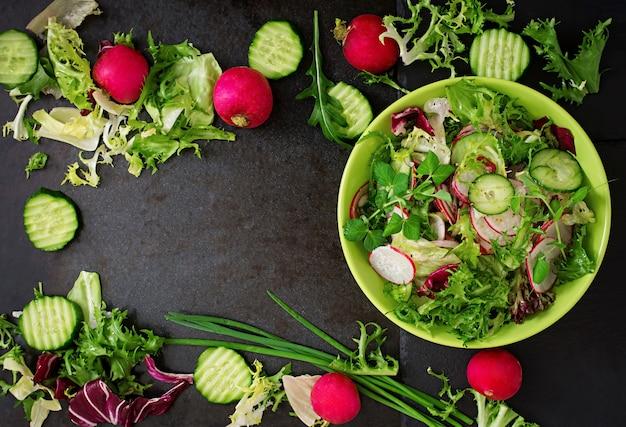 きゅうり、大根、ハーブのサラダ。