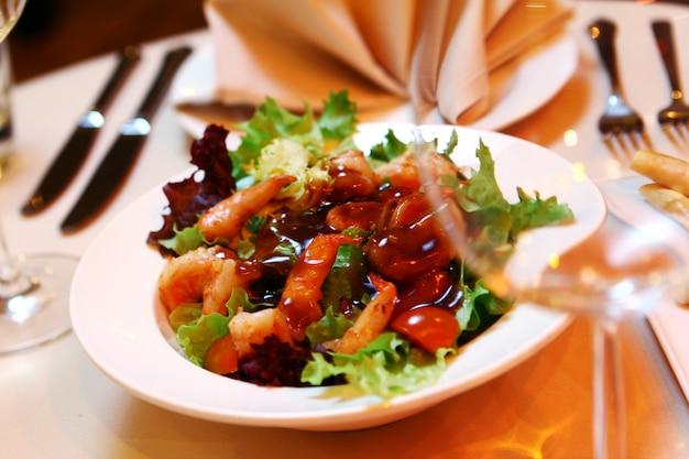 宴会テーブルに新鮮なサラダ