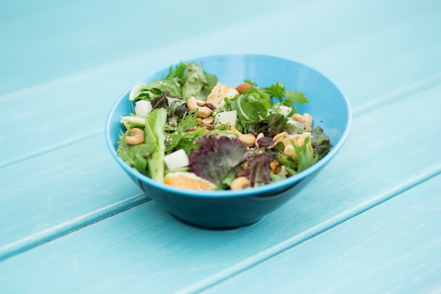 푸른 나무 테이블, 새 눈보기에 신선한 샐러드.