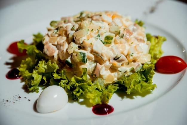 하얀 접시에 신선한 샐러드입니다. 레스토랑.