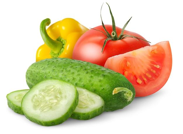 흰색 배경에 분리된 신선한 샐러드 야채(오이, 토마토, 피망)