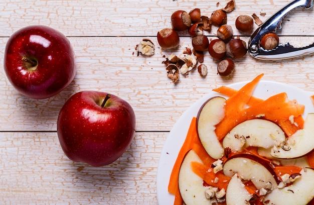 りんご、にんじん、ヘーゼルナッツのサラダ