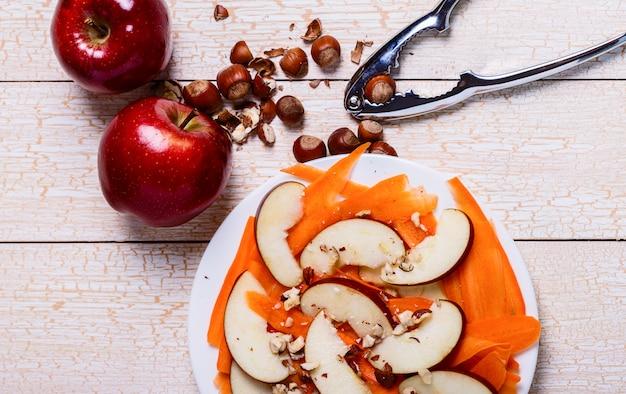 りんご、にんじん、ヘーゼルナッツのフレッシュサラダ