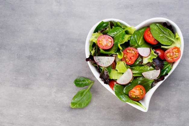 Fresh salad with baby spinach and tomatoes